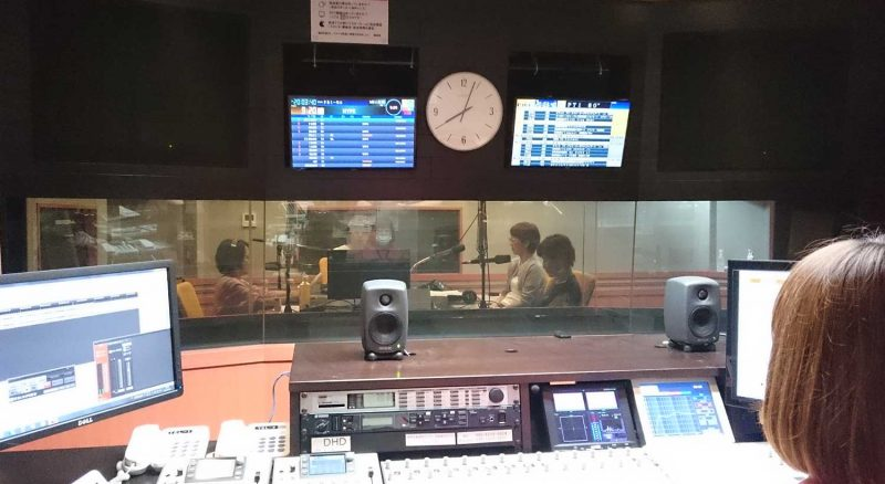 ラジオ収録ブースの写真